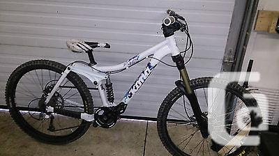 $1,450 Kona Stinky Six Bike   FOX Marzocchi Race Face