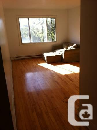 - $700 / 1br - large 3 1/2 for rent / a louer adj.