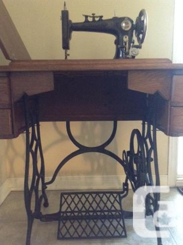 Antique Oak Sewing Machine / Machine à coudre antique