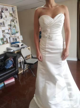 Beautiful bridal gown and hair accesories - $400