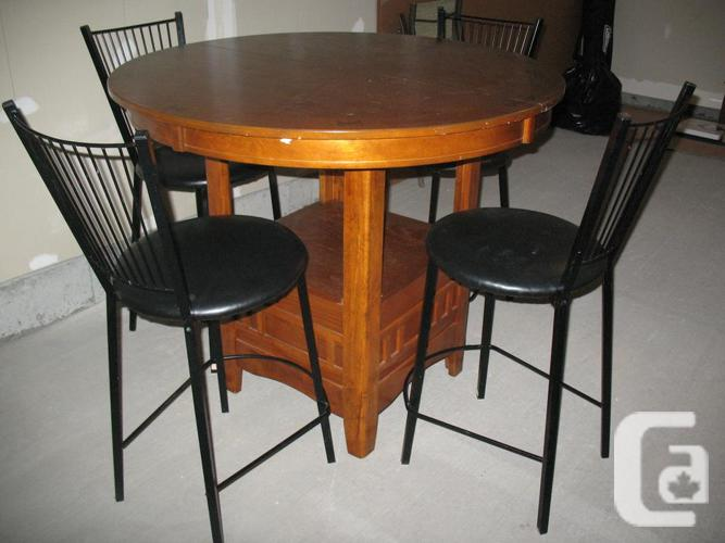 Kitchen/dining room oak table along with stools,