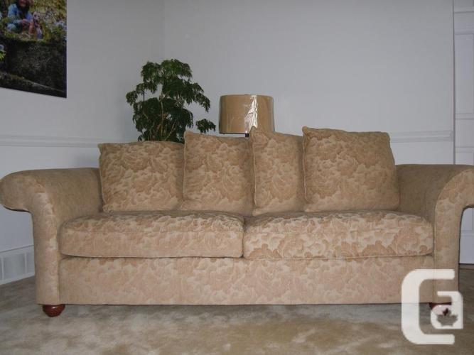 Pepper Couch with 4 pillows