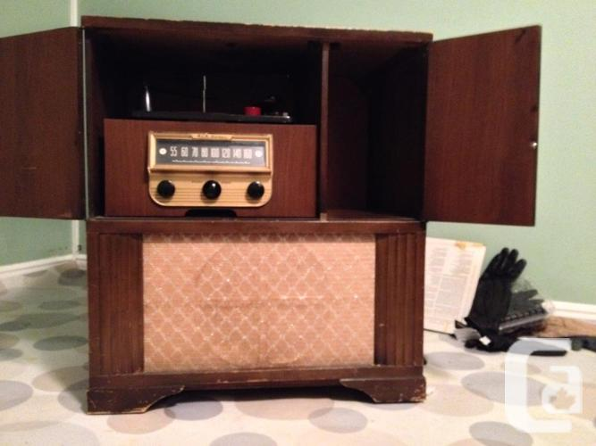 Victrola Phonograph Radio Record Player In Wood Cabinet For Sale
