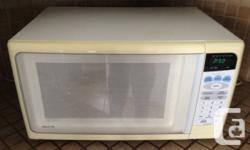 """White Sanyo Microwave Oven - $25 OBO  Works very well Rotating interior surface  21 1/2"""" L - 15"""" W - 12"""" H  Micro ondes Blanc de marque Sanyo  Fonctionne tr"""