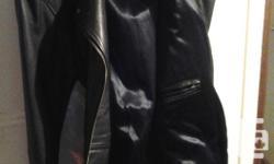 Manteau cuir, noir, taille S mais fait grand Impeccable, aucune déchirure. Pour femme environ 5'3'' à 5'9'' Plusieurs poches, int. et ext. Monica