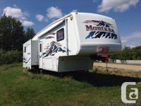 2004 Keystone Montana 34 Fifthwheel. 3 slides,