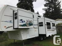 """2006 29'8"""" Wildcat 5th Wheel. Well maintained and"""