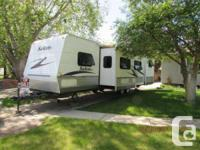 2006 Woodland Stream Salem 30BHBS Trailer. Excellent