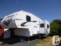 25 FT 5TH WHEEL 9 FT SLIDE WITH U SHAPED DINETTE WHICH