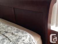 Beautiful 6pc Solid Wood Queen Size Sleigh Bedroom Set.