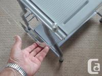 Small, sturdy steel frame - Beveled edge glass top 3/8