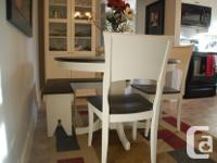 Beautifully refinished round single pedestal table with