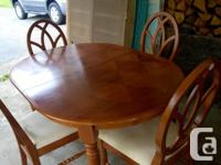 Lovely oval dining room table with one leaf and four
