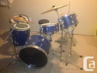 Drum kit includes snare drum, bass drum, 3 toms, stool,