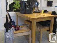 Table en bouleau massif (30 x 60 pouces) et 4 chaises