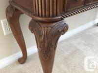 Beautiful Wood Entrance Table Immaculate Condition,