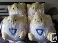 4 grosses peluche Pokémon Togepi se cherchant un