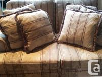 Exellent condition, clean.Comes with throw pillows in