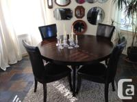 Strong wood circular table and 4 chairs. In EXCELLENT