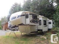 2011 Montana front living room fifth wheel with all the