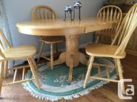 This Dining Room Set is in excellent condition with