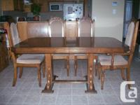 Beautiful solid oak pedestal dining table & 4 chairs.