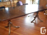 elegant and bold, this table comes with 2 leafs, and 2