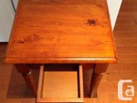 Je vends une table basse et 2 table de chevet.   Il est