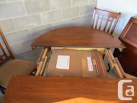Beautiful oak dining table with 4 chairs, table is 48'