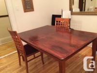 Belle table en bois de bonne qualité et en très bonne