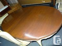 Ensemble pour salle a manger classique. 2 des 6 chaises