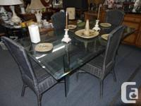 Table et 4 chaises en osier a vendre.   Aussi, bazar