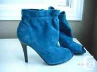 Selling a brand new pair of suede ankle booties in size