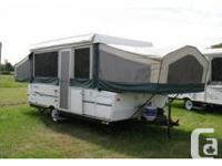 C'est un joli 2005 Flagstaff Popup Camper, 8 couchages