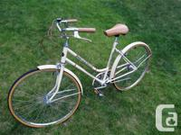 Vintage Huffy Oakwood 3-speed bicycle with a medium