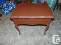 VINTAGE LAMP TABLE / END TABLE WITH DRAWER THE TABLE IS