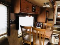 2008 White Fiberglass 33 foot 5th Wheel with 3 slide